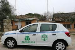 coche en puerta oficina Urbanización El Coto